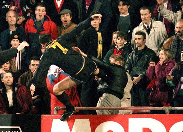 Eric Cantona egy nézőre támad