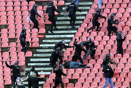 Akcióban a szerb rendőrség (Fotó: Action Images)