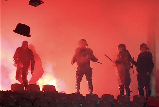 """Egy """"hangulatos"""" meccs Szerbiából (Fotó: Action Images)"""