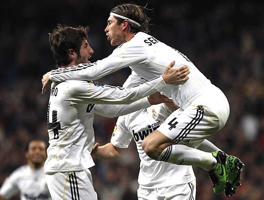 Sergio Ramos ugrik a neki gólpasszt adó Granero nyakába (Fotó: Reuters)