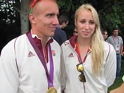 Az újdonsült olimpiai bajnok Dombi Rudolf és úszó párja, Verrasztó Evelyn