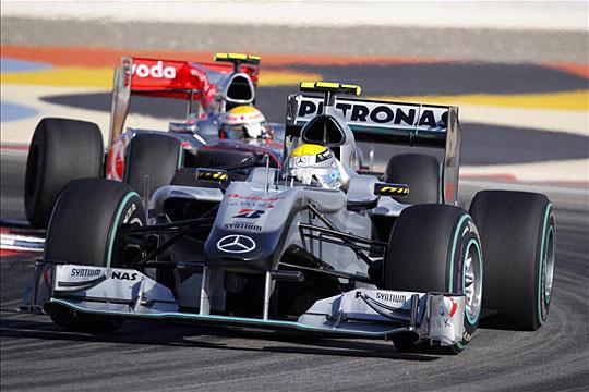 Hamilton (balra) a boxkiállásnak köszönhetően előzte meg Rosberget – a Mclaren és a Mercedes egyetért: több kiállásra lenne szükség (Fotó: Action Images)