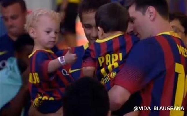 Messi   S Neymar Fia Egy  Tt A Camp Nou Gyep  N     K  Pek  Vide