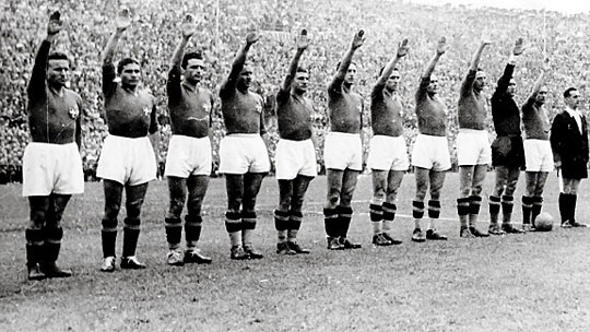 A címüket megvédő olaszok fasiszta karlendítéssel tisztelegtek Mussolini előtt