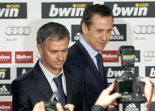 Valdano (jobbra) bemutatta Mourinhót, a Real új edzőjét (Fotó: Action Images)