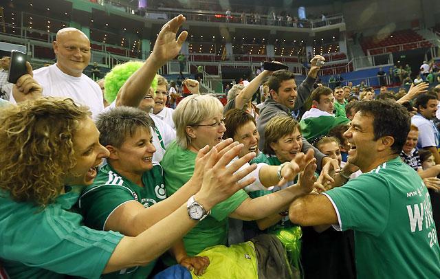 Ambros Martín a Győr-szurkolókkal ünnepelt a második BL-cím után (Fotó   Szabó Miklós) 76d43e1009