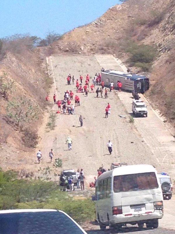 Vide�: dr�mai baleset, tiszt�zatlan okokb�l felborult a csapatbusz