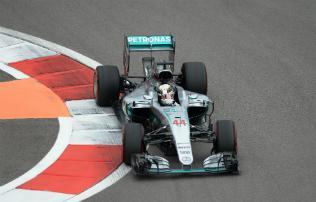 F1: Hamilton� a 2. szabadedz�s, Vettel aut�ja meg�llt