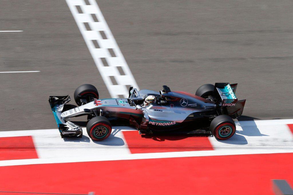 Hamilton aut�ja megint le�llt, Rosberg riv�lis n�lk�l maradt