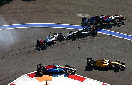 Kaotikus rajt ut�n Rosberg s�takocsik�zva nyert Szocsiban