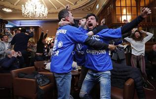 Buli a Vardy-h�zban �s egy rep�l�n is: bajnok a Leicester City!