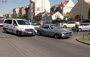 K�pek: a k�zisz�vets�g aut�j�val �tk�z�tt Kiss Gergely Mustangja