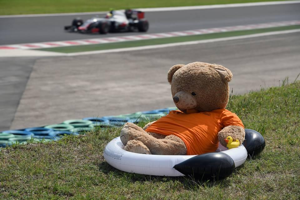 F1: Mi történik az asztal alatt?! Nem csak Hamilton mutogatott! – képek