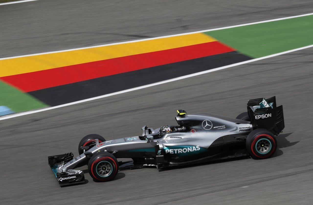 Rosbergen majdnem kifogott az elektronika, �gy is rajtels�