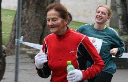 A maratoni fut� d�dnagymama, akivel versenyt�rsai szelfiznek