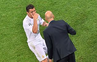 Real Madrid: Ronaldo Zidane anyj�t szidta m�rg�ben?