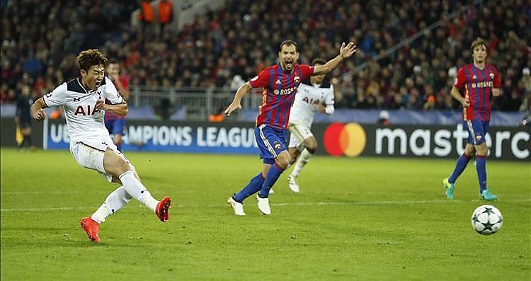 Hung Min Szon a Spurs győztes gólját lövi (Fotó: Reuters)