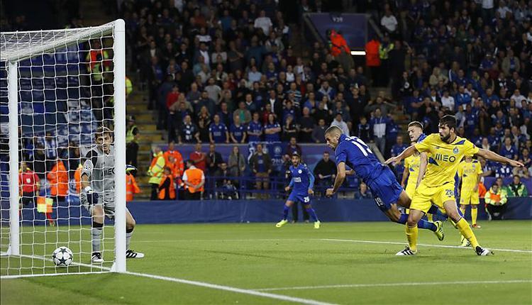 Casillas is csak néz, ez bizony bent van (Fotó: Reuters)