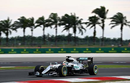 Hamilton� a pole, Rosberg nagyot mentett az id�m�r� v�g�n