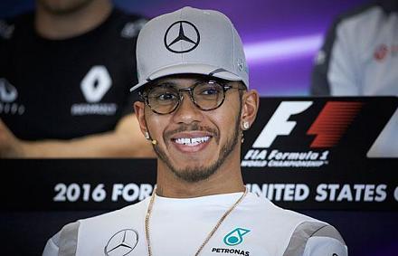 A Mercedes mögött hatalmas az űr – Rosbergnek jó így
