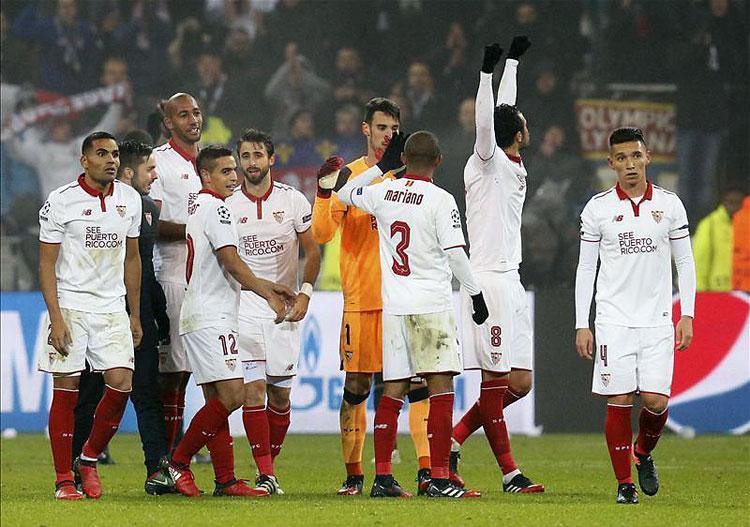 A Sevilla játékosai éppen azt ünneplik, hogy jövőre nem nyernek Európa-ligát (Fotó: Reuters)