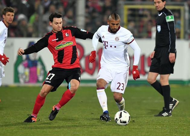 Vidal kezdett a Freiburg elleni bajnokon, ám fájdalmai miatt le kellett cserélni (Fotó: AFP)