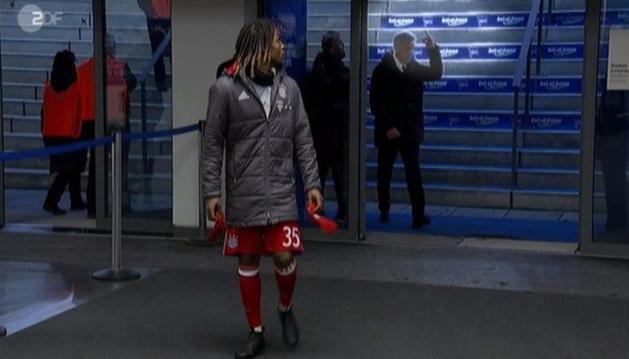 A ZDF felvételén egyértelműen látszódik, ahogy Ancelotti bemutat
