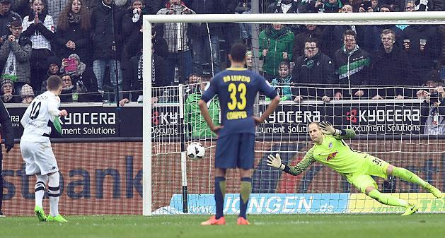 Gulácsi Péter kivédte Thorgan Hazard büntetőjét (Fotó: AFP)