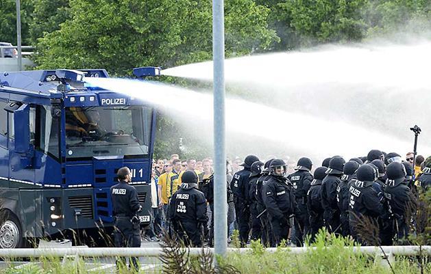 A rendőröknek a vízágyút is be kellett vetniük a mérkőzés előtt