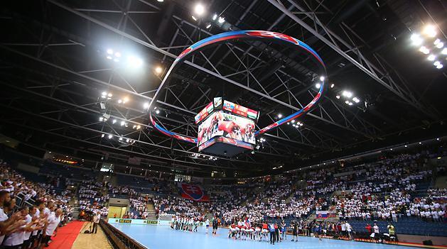 A szlovák nézők fehér egyenpólóban buzdították a hazaiakat (Fotó  Török  Attila) e09c169f2b
