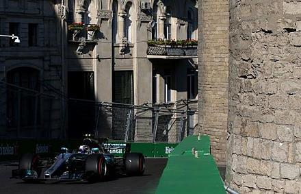 Visszaállt az élre a Mercedes, Verstappen és Vettel bajban