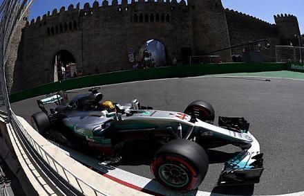 Hamilton az utolsó pillanatban robbantott, újra a pole-ban