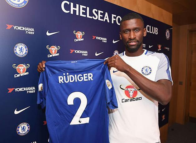 Antonio Rüdiger büszkén pózol a Chelsea mezével (Fotó: chelseafc.com)