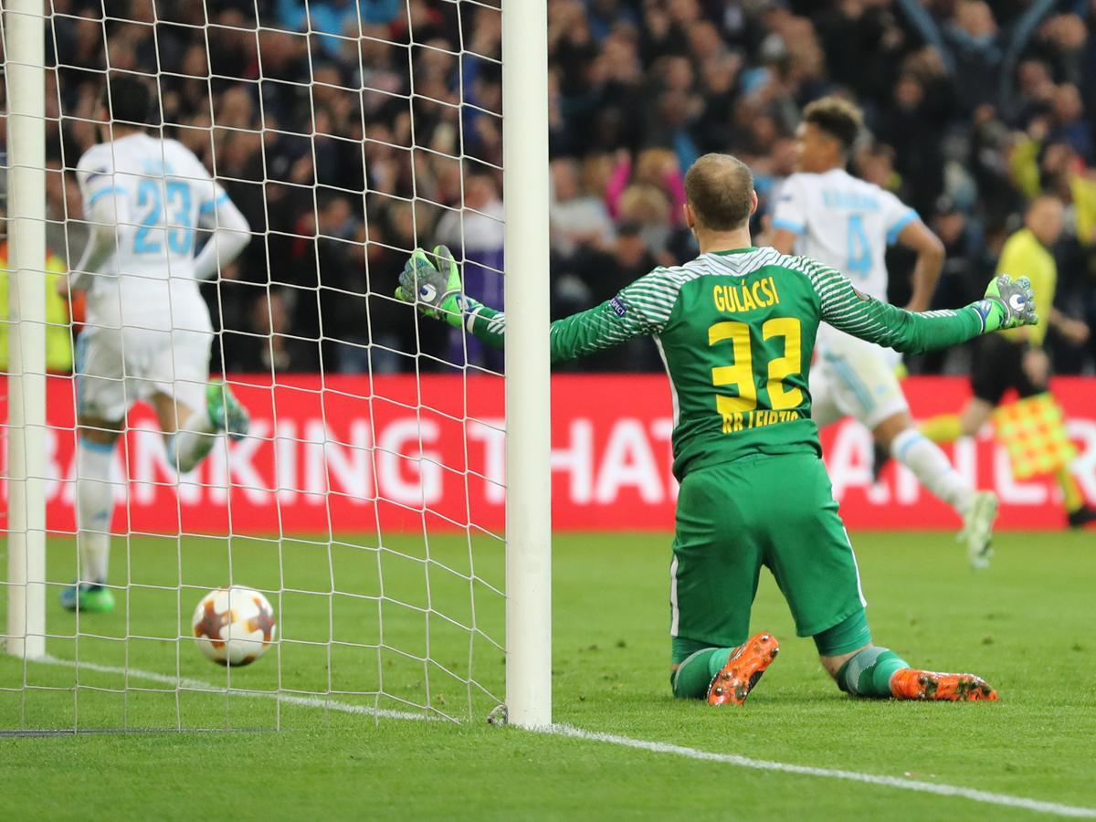Gulácsi Péternek gyakran kellett kiszednie a kapujából a labdát az utóbbi időben (Fotó: AFP)