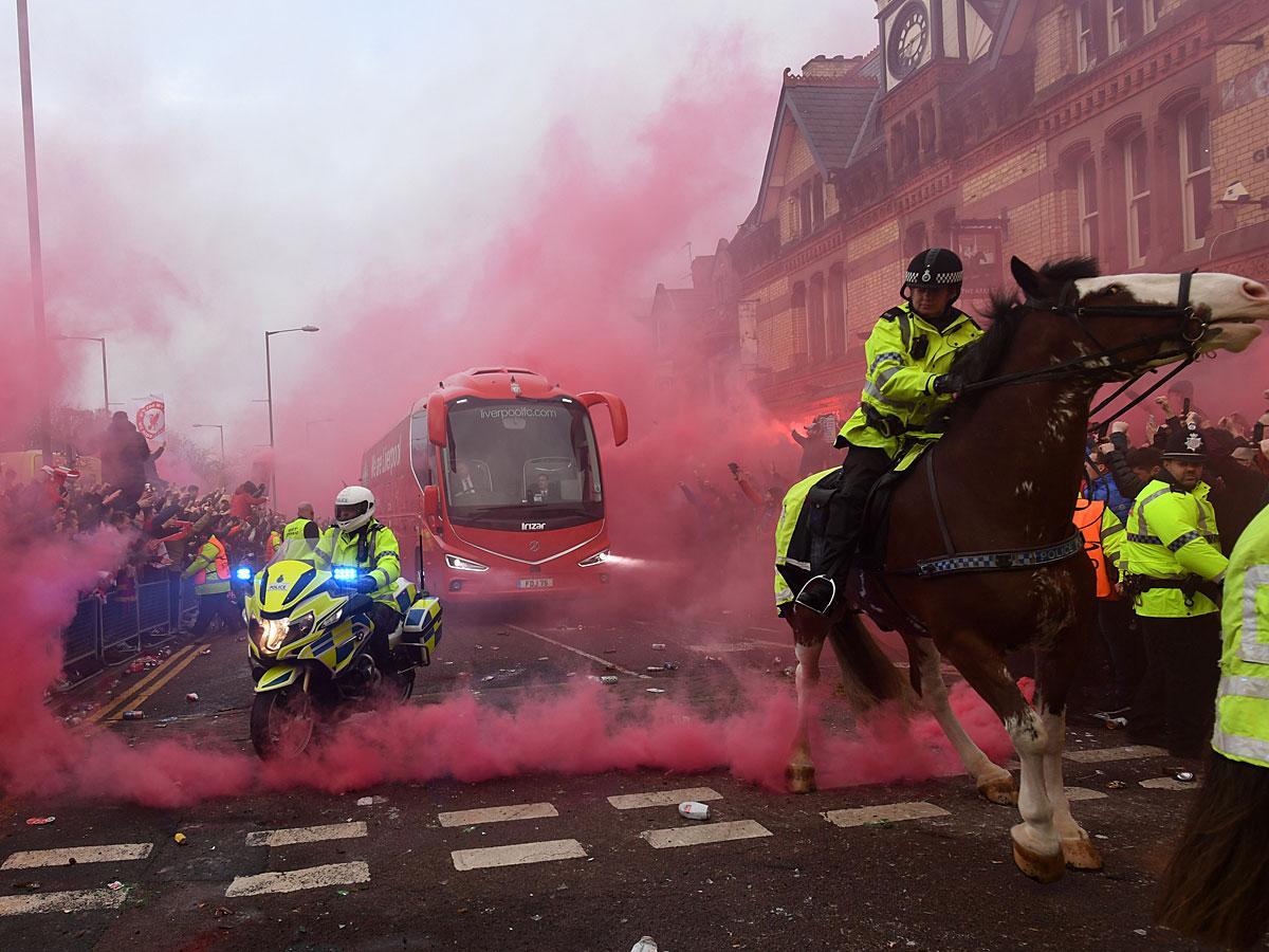 Ezúttal nem a csapatok buszát támadták meg az ultrák (Fotó: AFP)