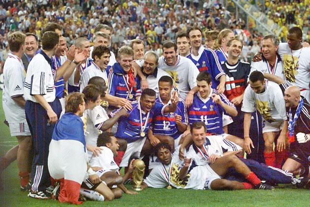 Franciaország önfeledten ünnepli története első világbajnoki címét a 3–0-ra megnyert döntő után… (Fotók: AFP)