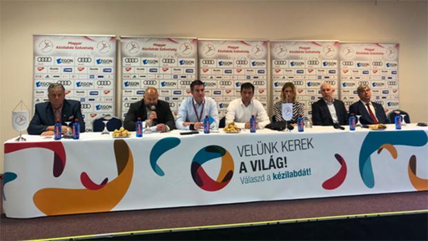 A közgyűlés vezetői (Fotó: keziszovetseg.hu)
